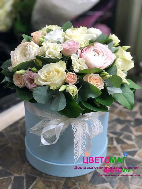 Шляпная коробка из лизиантуса и розовых ранункулюсов