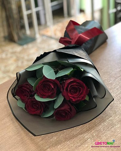 Букет 5красных роз Explorer 60 см с эвкалиптом