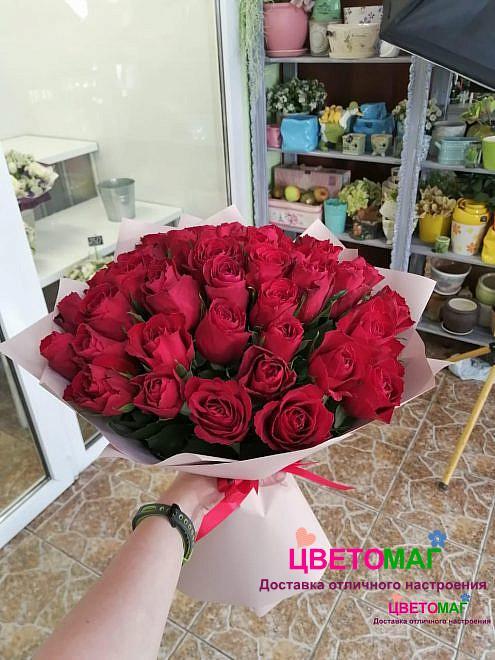 Букет из 45 красной кенийской розы в крафте