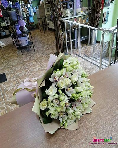 Букет из белой орхидеи и роз