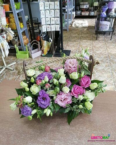 Ящик с лизиантусом и розой