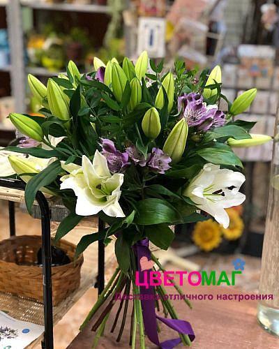 Букет из белых лилий и альстромерии