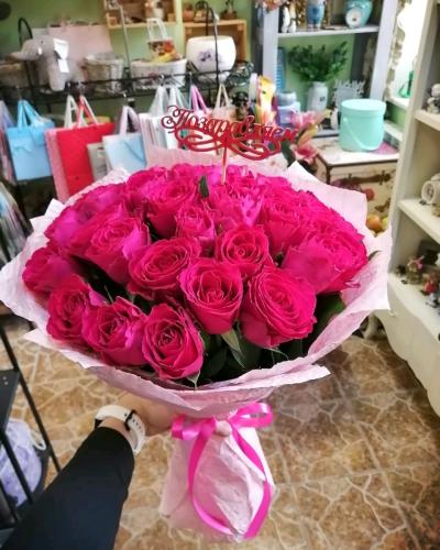 Букет из 35 малиновых роз в крафт бумаге
