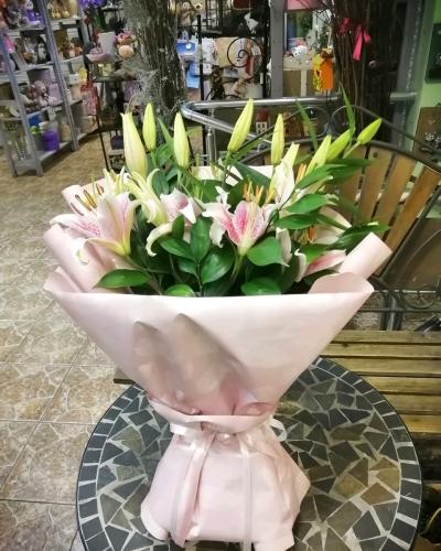 Букет из 5 розовых лилий в крафте