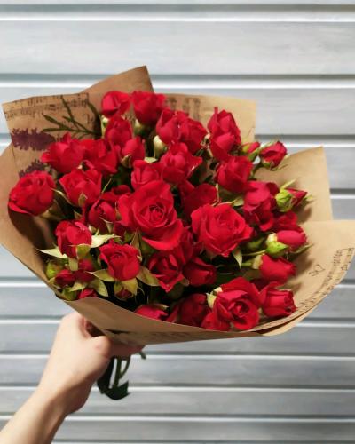 Букет из 11 красных кенийских кустовых роз 40см