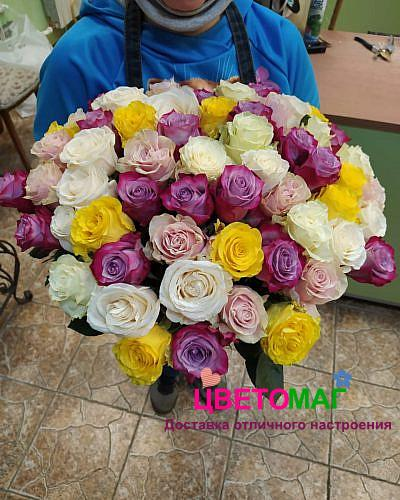 Букет из 57 разноцветных роз (Эквадор)