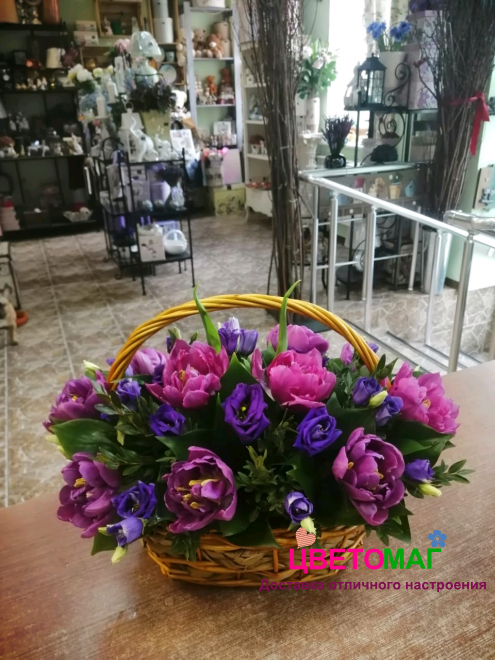 Корзина с тюльпанами и эустомой
